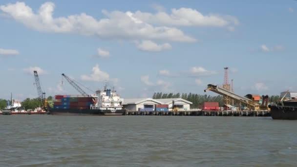Tengeri kikötő rakománydarukkal és tengeri hajóval