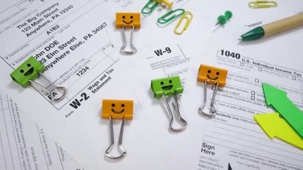 Smile-Ordnerclips mit Stift auf w-2 und w-9, Steuerformular 1040
