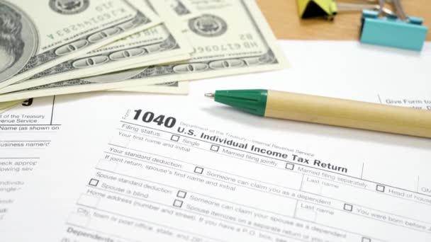 US-Dollar-Banknoten und Steuerformular 1040