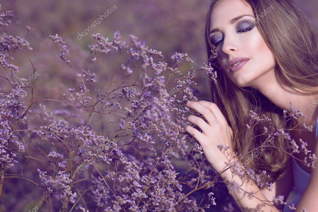 Hermosa mujer con glamour artístico maquillaje y cabello largo ...