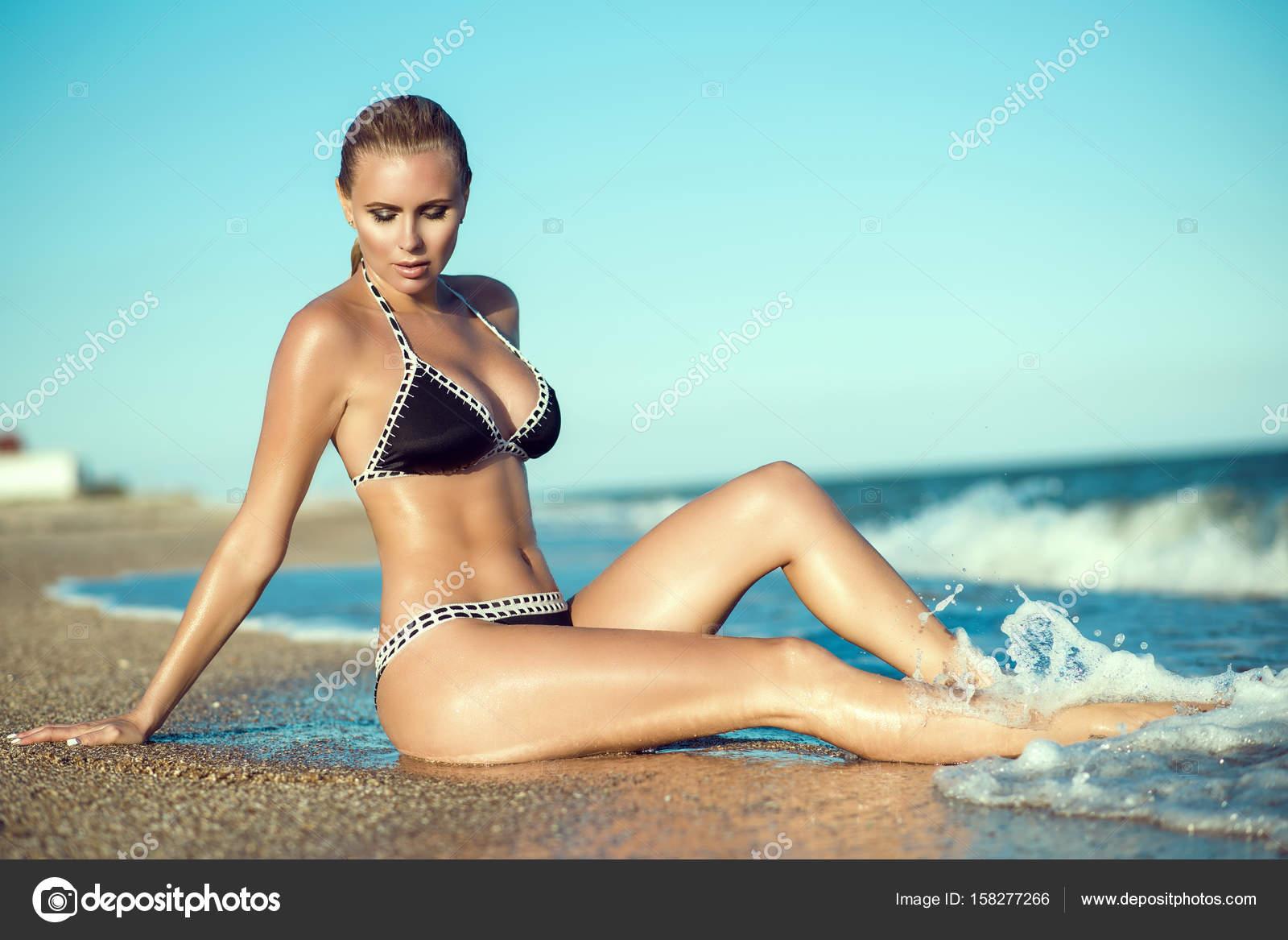 zagorelaya-blondinka-foto-s-dlinnie-volosi