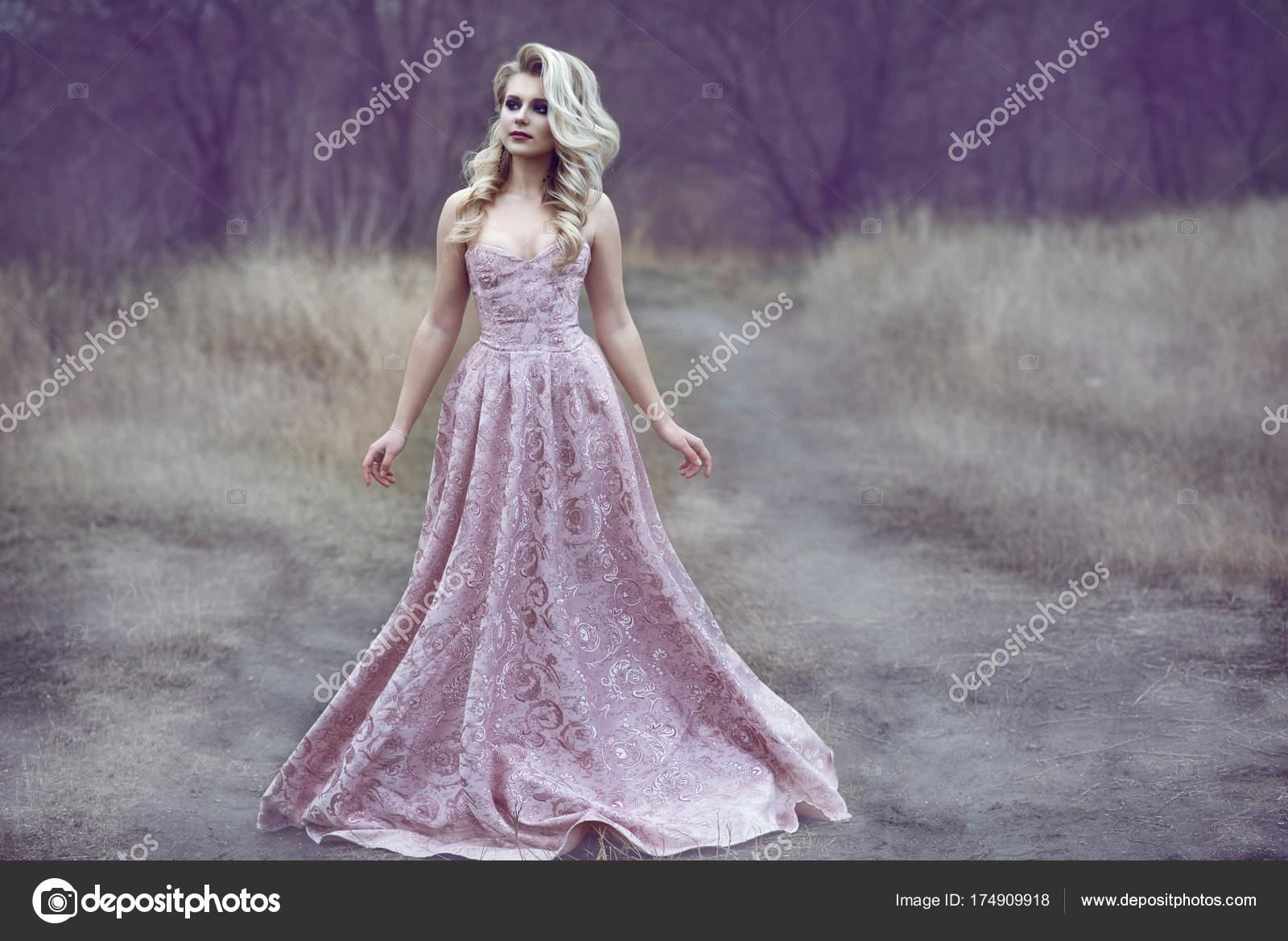 Porträt von wunderschönen blonden Dame mit üppigen Frisur und ...