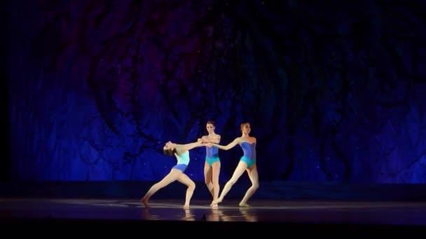 Dnipro, Ukrajna - 2018. január 8.: A Ilona Bytler, Dasha Berkova és Mirra Prohoda, 15 – 14 éves korosztály, hajtsa végre a H2o, állami Opera és Balettszínház.