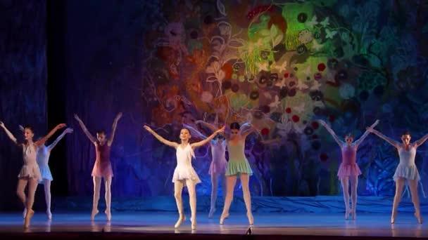 dnipro, Ukraine - 8. Januar 2018: Unbekannte Mädchen im Alter von 10-16 Jahren spielen die ganze Welt an der Staatsoper und im Balletttheater.