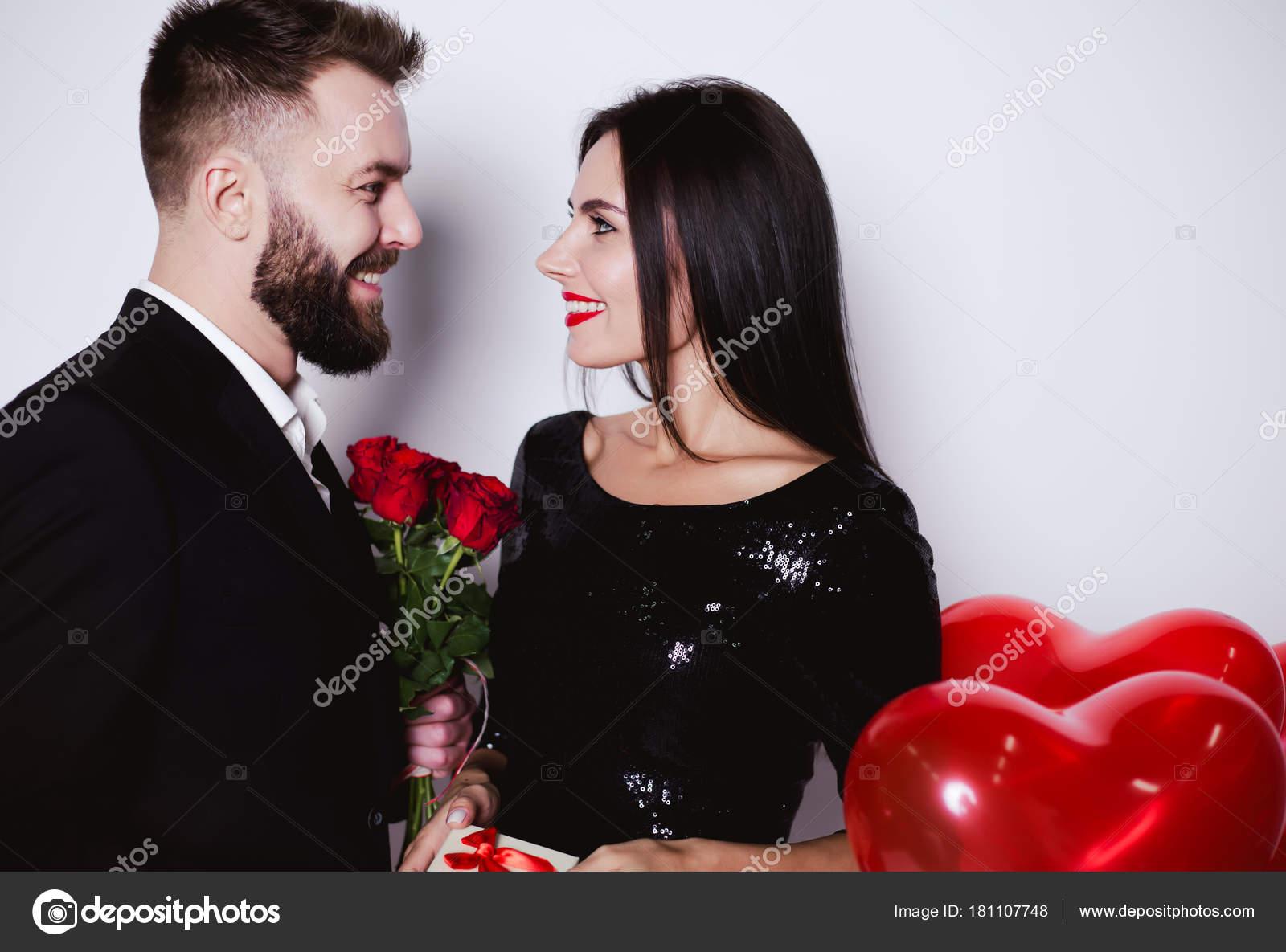 man gratulerar Jag Gratulerar Semester Älskare Ler Man Ger Blommor Och Present  man gratulerar