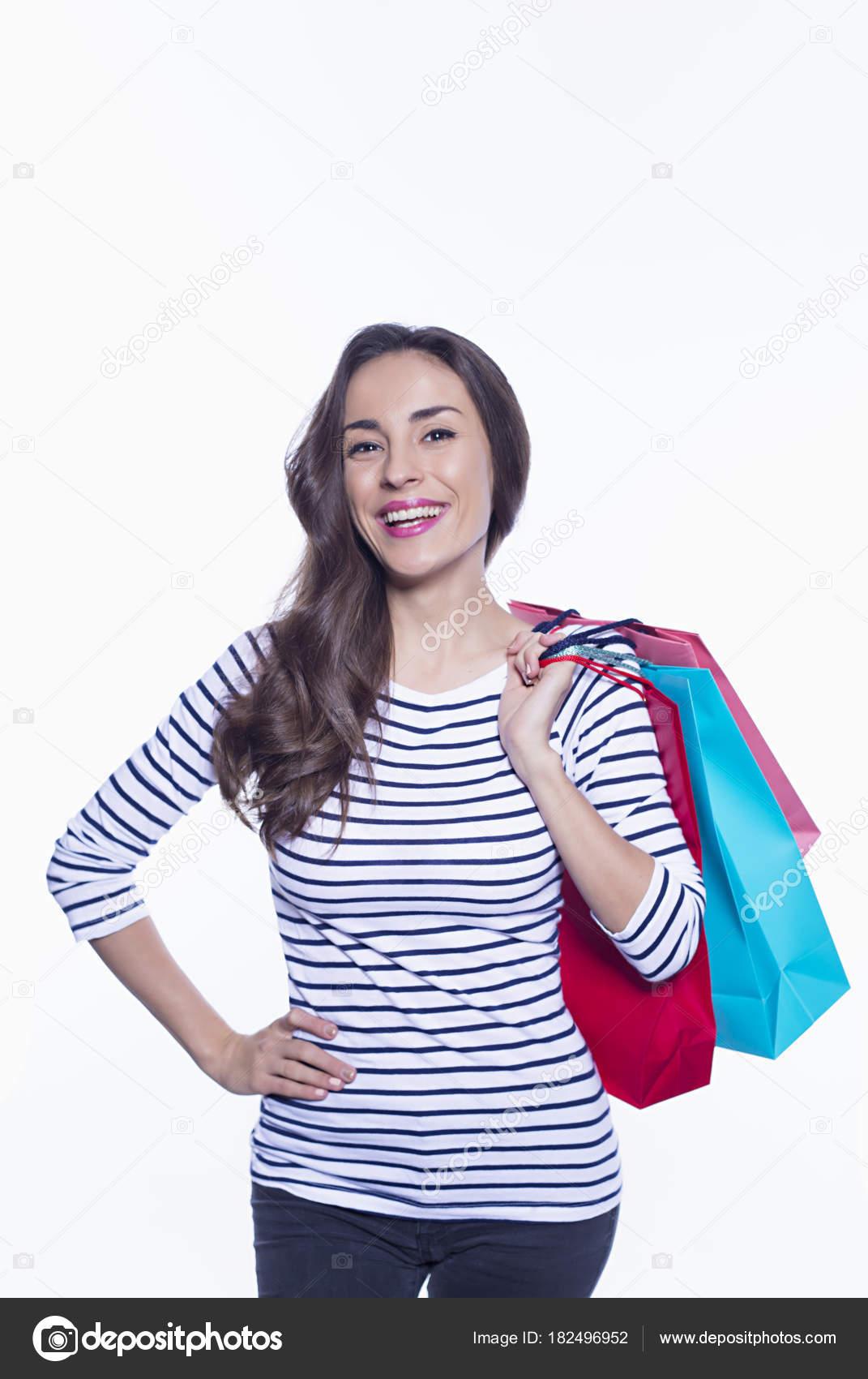 b586c7ba142f Πώληση Έννοια Ψώνια Χαμογελώντας Όμορφη Γυναίκα Κρατώντας Χρωματιστό  Shoping Τσάντες — Φωτογραφία Αρχείου