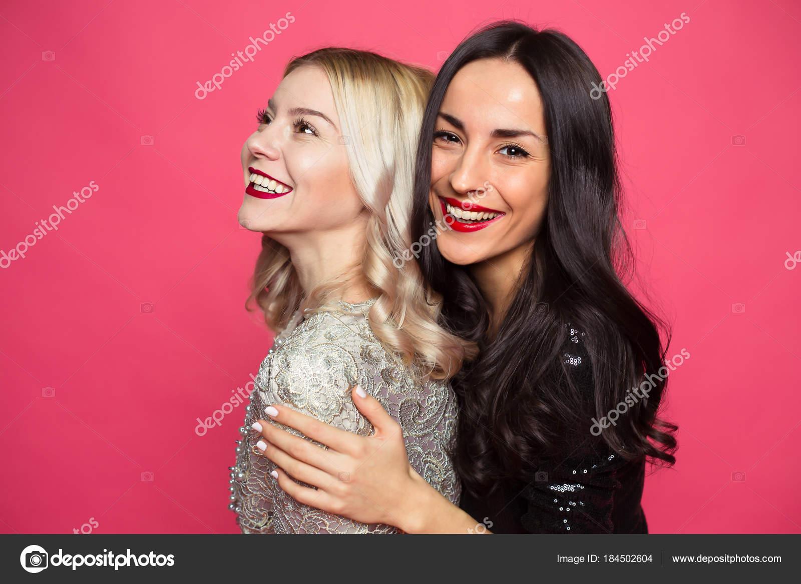 3dfdc8d4059c Εσωτερικη φωτογραφία των δύο νέων ευτυχής όμορφη χαμογελώντας φίλες σε μικρά  μαύρα φορέματα που παρουσιάζουν και τη διασκέδαση σε ροζ φόντο — Εικόνα από  ...