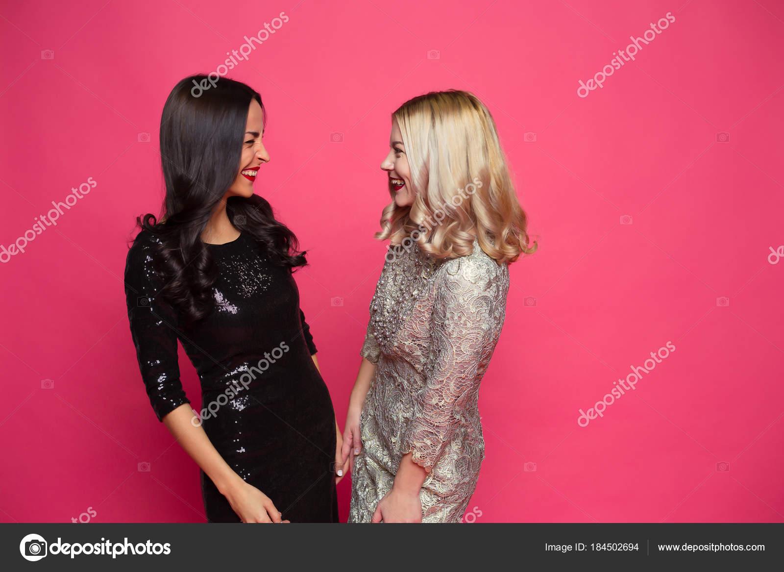 Amigos Para Siempre Foto Dos Jóvenes Felices Hermosas Sonriendo ...