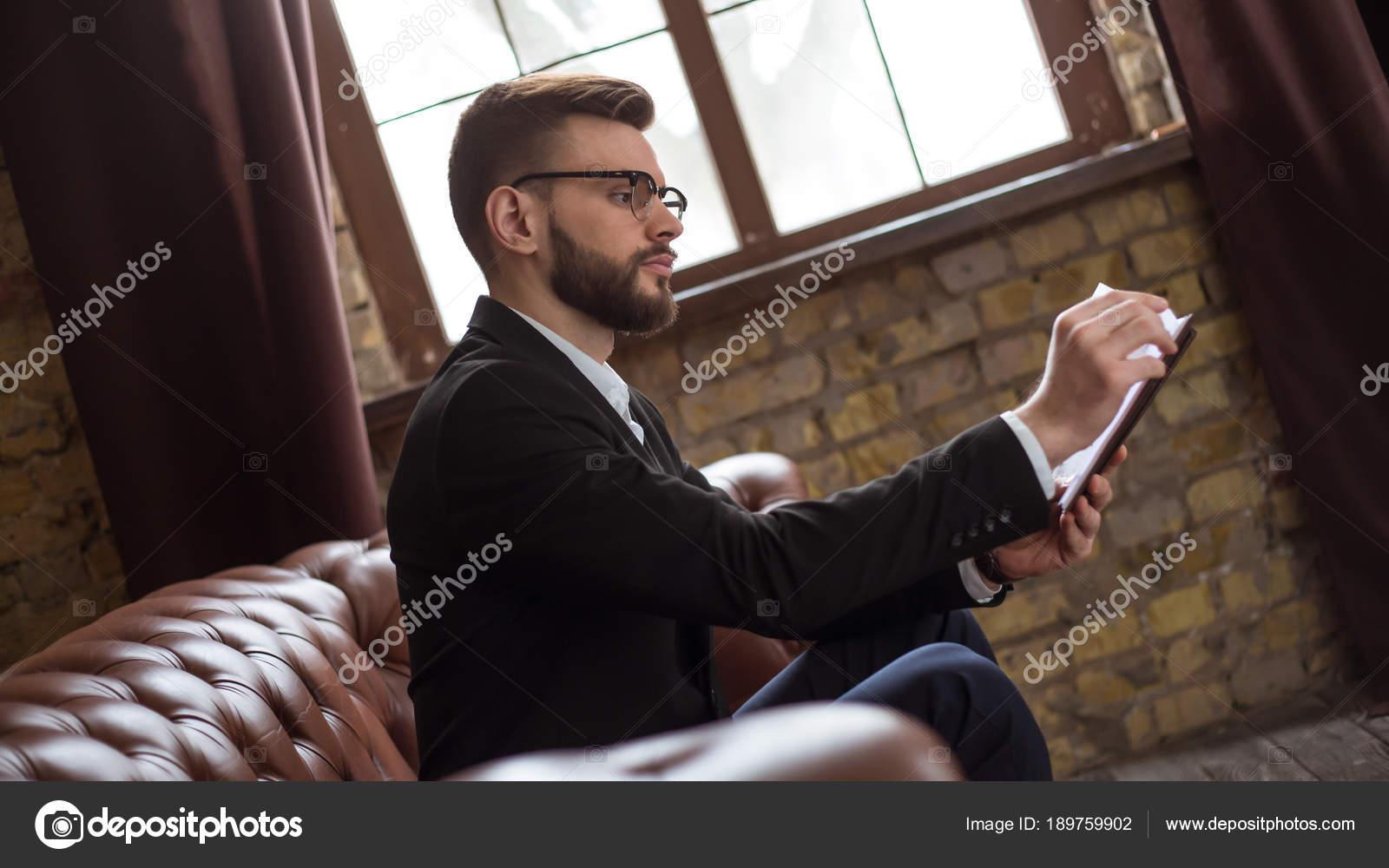 Vestito Elegante Ufficio : Confident bello barbuto uomo affari vestito elegante vetri che