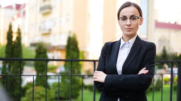 Obchodní žena s úsměvem portrét v brýlích. Spokojený úsměv mladé ženské profesionální venkovní portrét detailní v městě