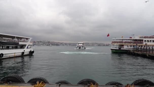 Istanbul, Turecko - prosinec 2017: Istanbul odjíždějící z mola do Bosphorus za zatažené a deštivé počasí Turecko