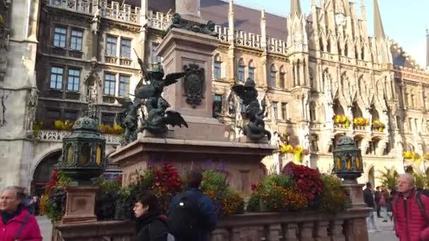 München, Deutschland - Oktober 2019: Die Statue auf dem Münchner Marienplatz mit Marientplatz Rathaus, Münchner Innenstadt Altstadt