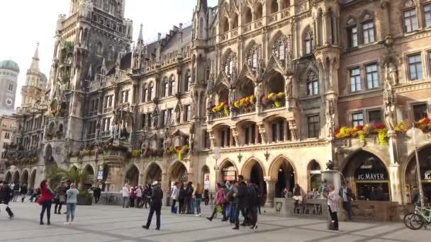 München, Deutschland - Oktober 2019: Münchner Marienplatz mit Touristen und Einheimischen zu Besuch