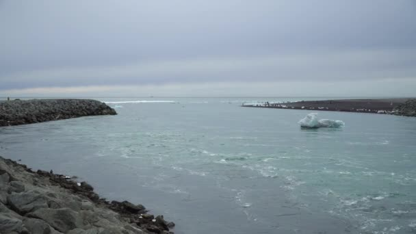Wasser von schmelzendem Eis, das in der Jokulsarlon-Gletscherlagune in Island in Richtung Ozean fließt. Konzept für globale Erwärmung und Klimawandel
