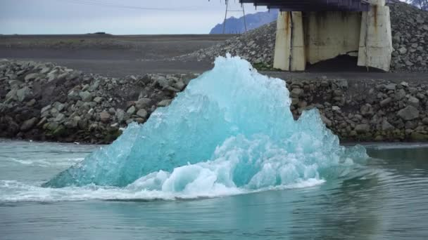 Ein großer schmelzender Eisblock, der in der Jokulsarlon-Gletscherlagune in Island auf den Ozean zuschwimmt. Globale Erwärmung und Klimaschutzkonzept