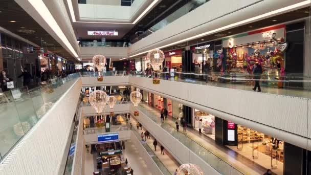 Istanbul, Turecko - únor 2020: Ozdilek Shopping Center. Moderní nákupní centrum se nachází v Levent, Istanbul.