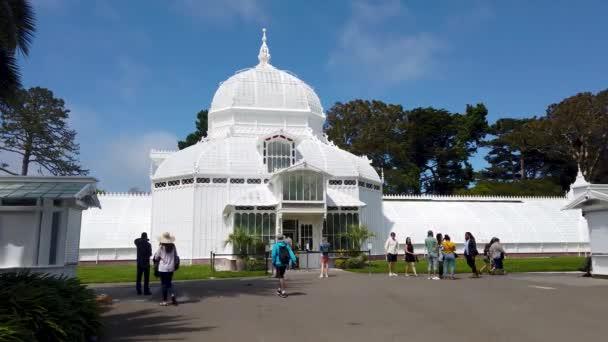 San Francisco, Kalifornie, USA - srpen 2019: Květinová konzervatoř s turisty v parku Golden Gate, San Francisco, CA, USA