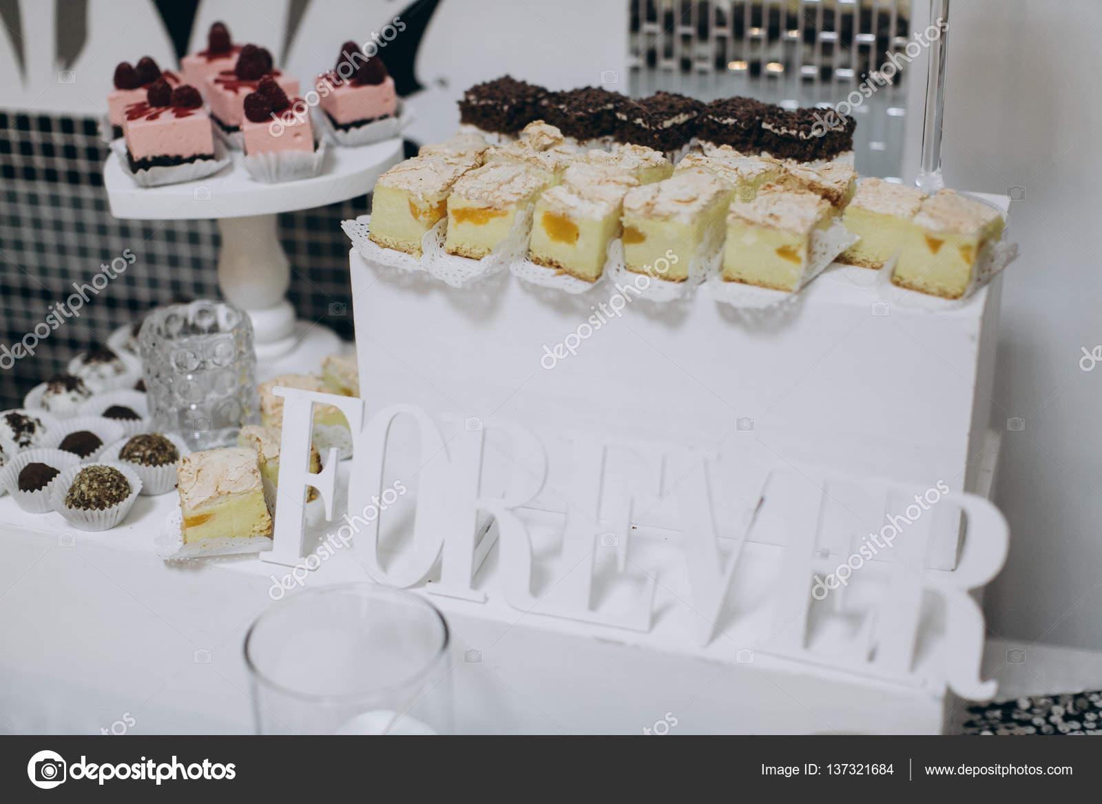 Schone Hochzeitstorten Stockfoto C Anatoliycherkas 137321684