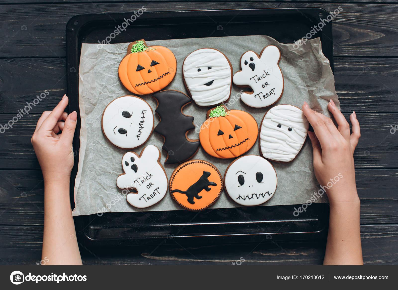 chica cocido pan de jengibre de Halloween — Foto de stock ...