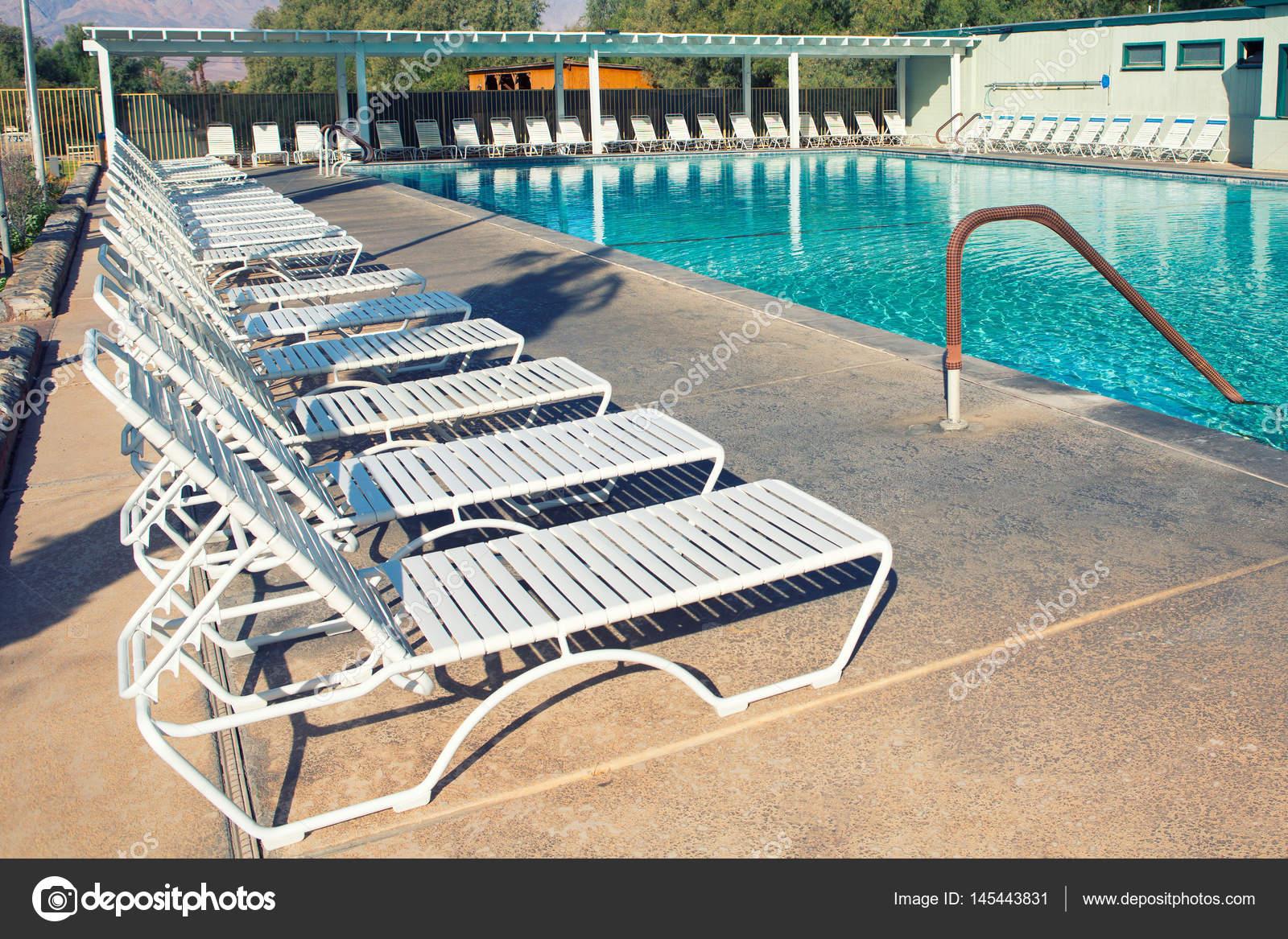 Ligstoelen en zwembad stockfoto bill45 145443831 for Zwembad aanschaffen
