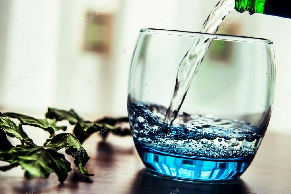 Mineraal Water Gieten In Het Glas Stockfoto Alpaksoy