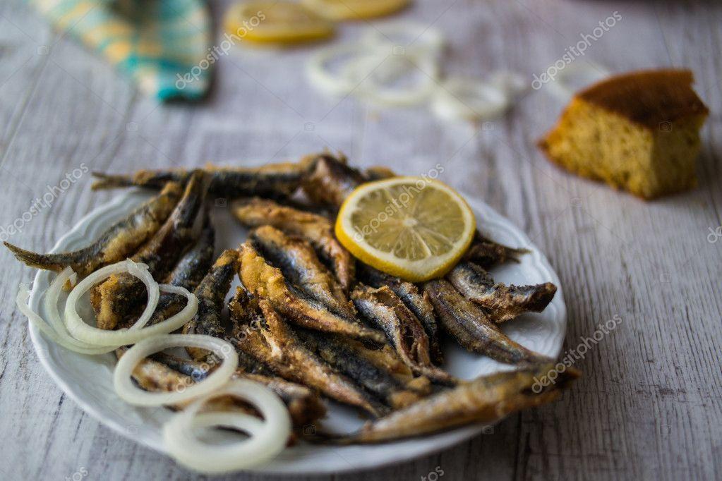 Türkische Hamsi Tava mit Maisbrot / gebratene Sardellen — Stockfoto ...