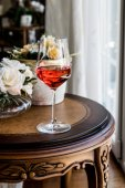 Rosenwein mit Blüten (natürliches Licht))