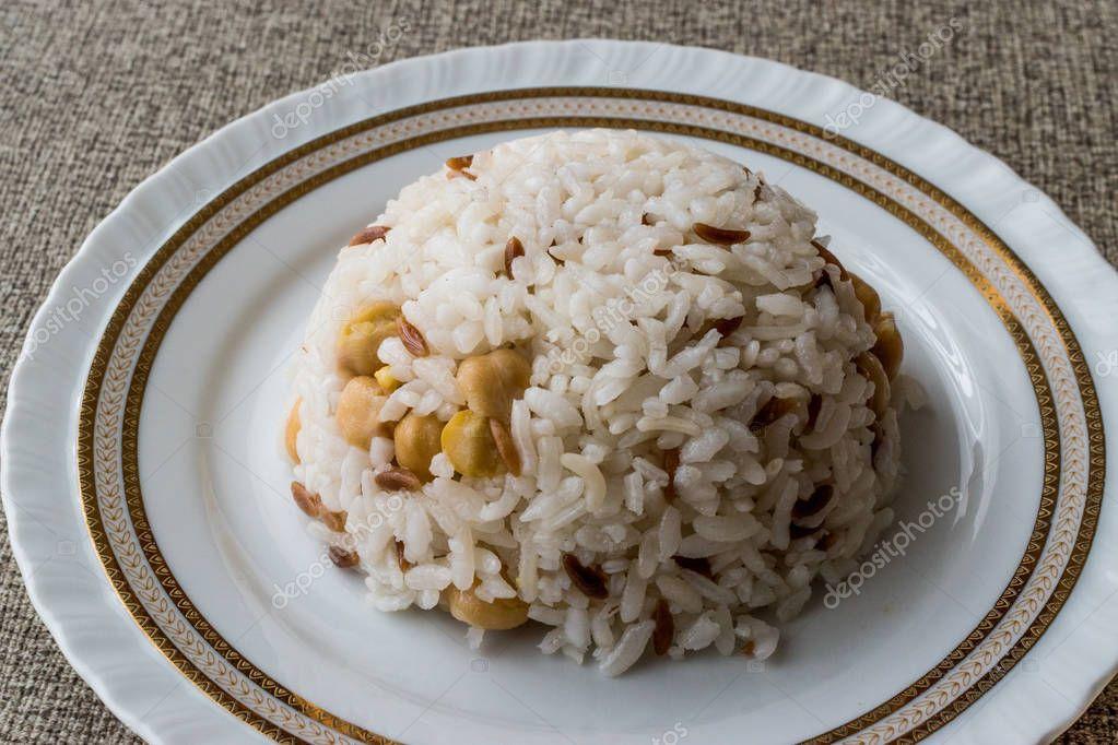turkse rijst met kikkererwten geserveerd met zout en peper / nohut