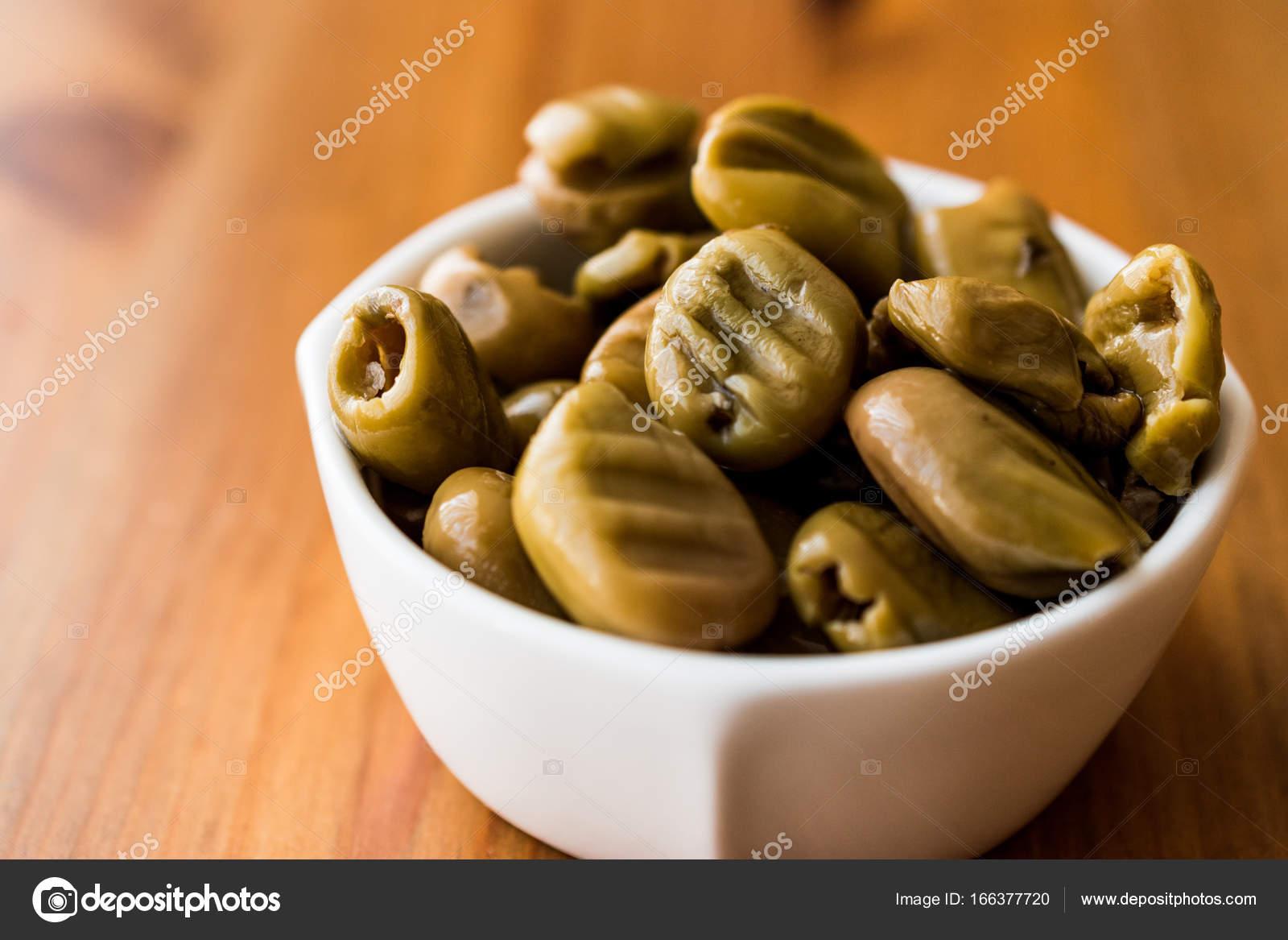 gegrillte gr ne oliven in eine sch ssel geben stockfoto alp aksoy 166377720. Black Bedroom Furniture Sets. Home Design Ideas