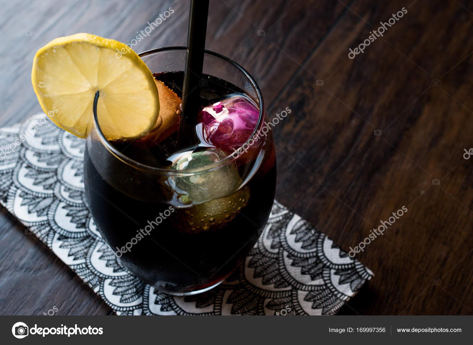 Kömürden yapılan siyah limonata