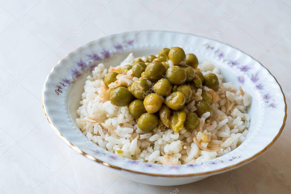 turkse rijst met groene erwten / pilav bezelye / pilaf — stockfoto