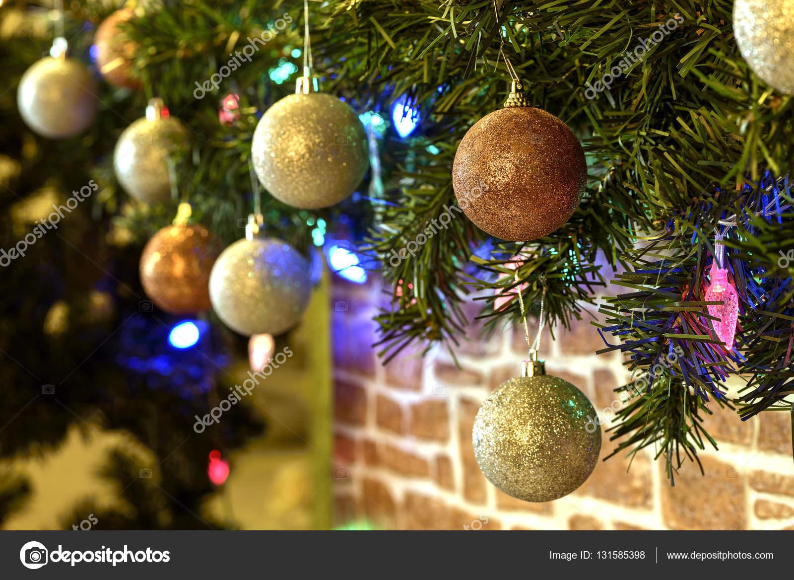 Weihnachtsbaum Girlande.Auf Einen Weihnachtsbaum Girlande Stockfoto Pavel72 131585398