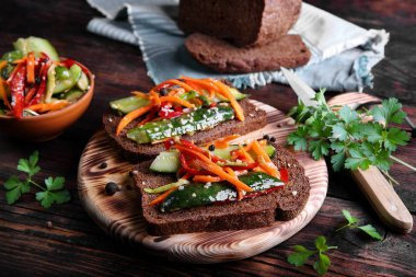 low-salt cucumber appetizer with carrots,peppers,sesame seeds and rye bread