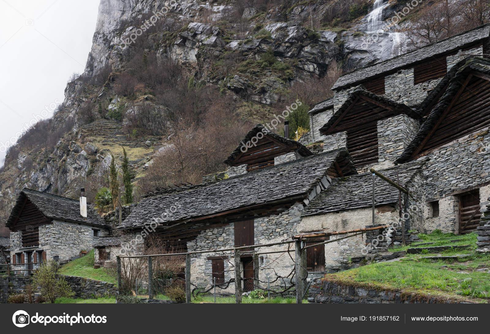 Case In Pietra Di Montagna : Tradizionale villaggio alpino con tante piccole case legno pietra