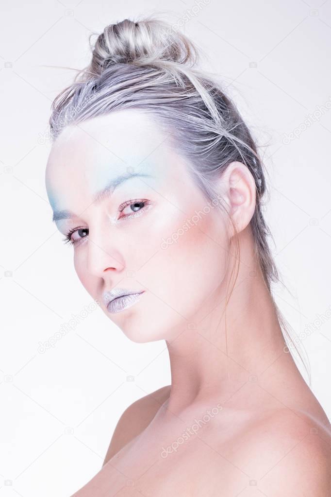 Model W Creative Obrazu Z Srebrny Makijaż Artystyczny Niebieski