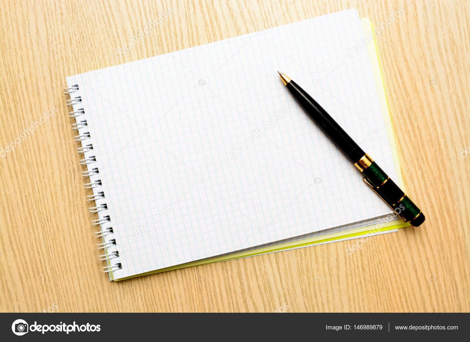 Scrivania In Legno Chiaro : Spazio in bianco della brochure è su una scrivania in legno