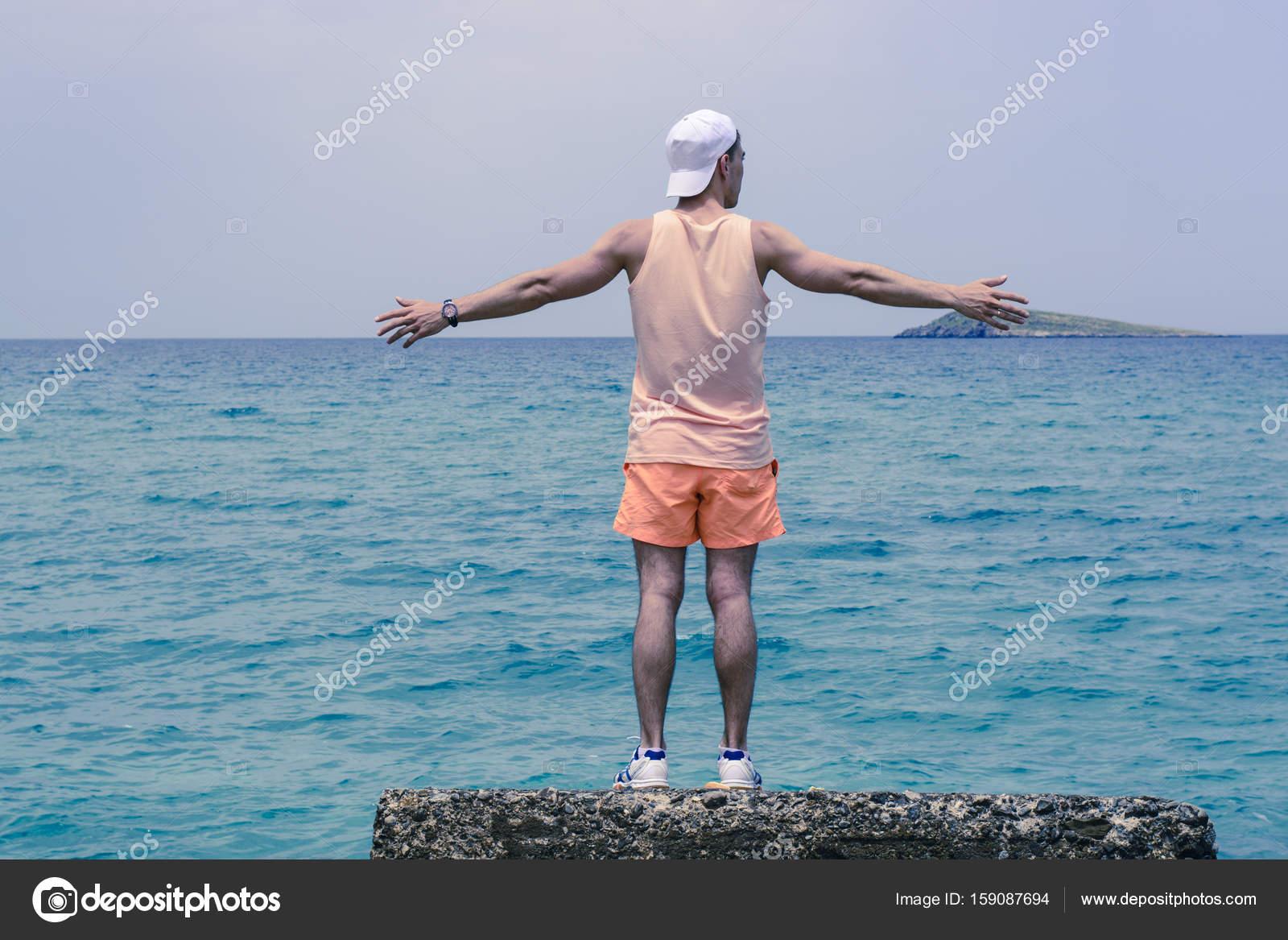 Godersi la vita. Giovane che guarda al mare, vacanze e soggiorni di ...