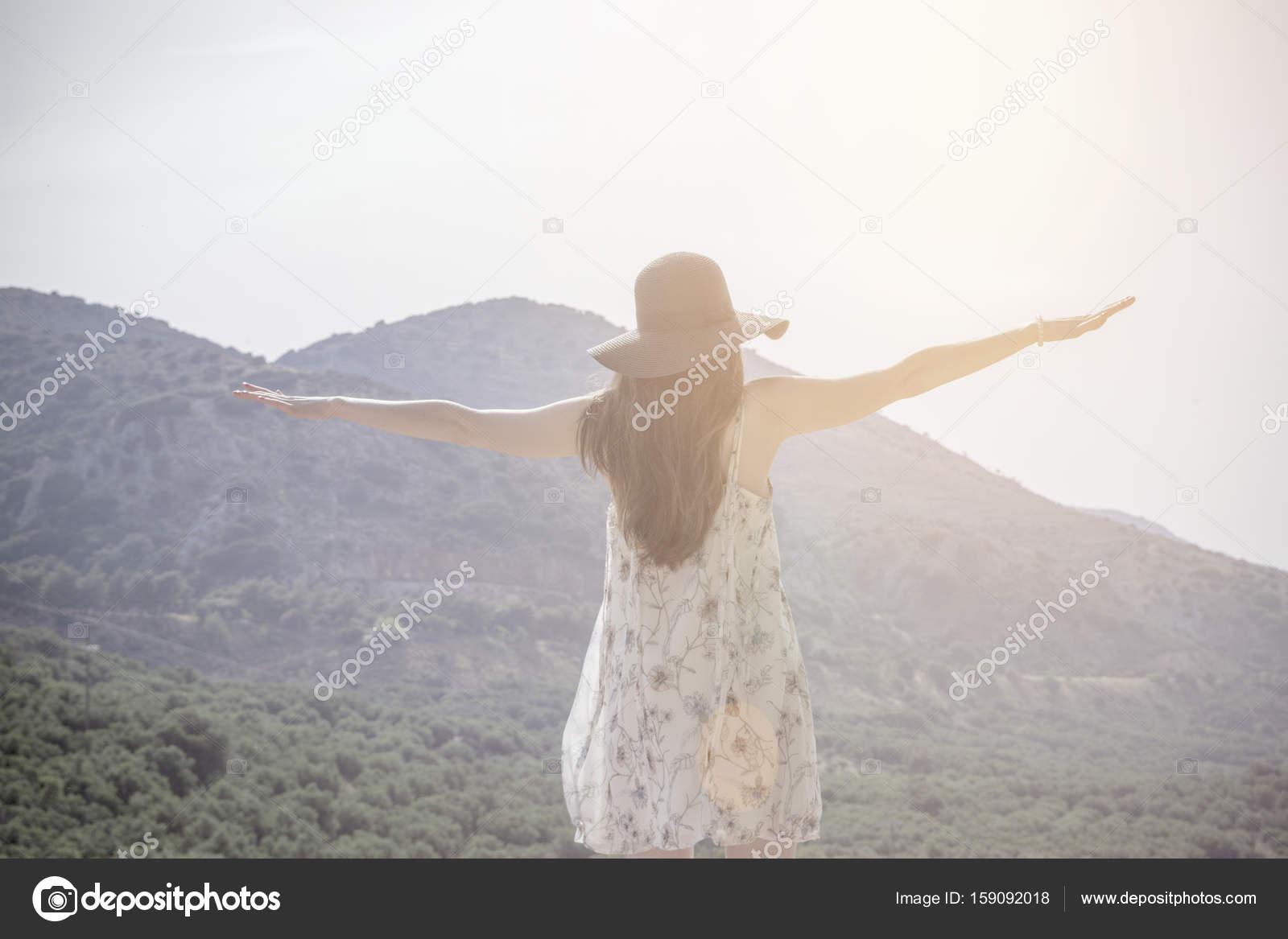 Schöne Frau, Stand am Anfang von Berg und streckte die Hände ...
