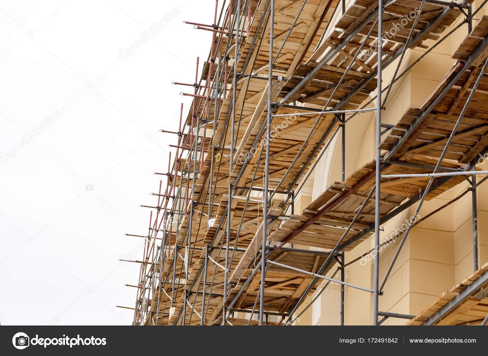 Andamios metálicos con cubierta de madera construido alrededor de un ...