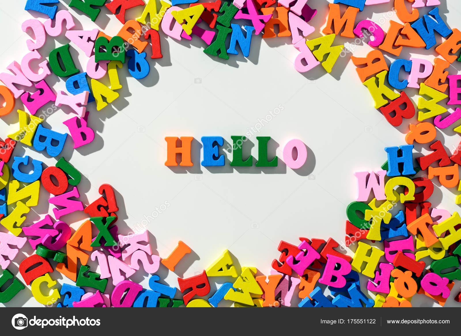 Lettere Di Legno Colorate : La parola che ciao è foderate lettere di legno colorate su una
