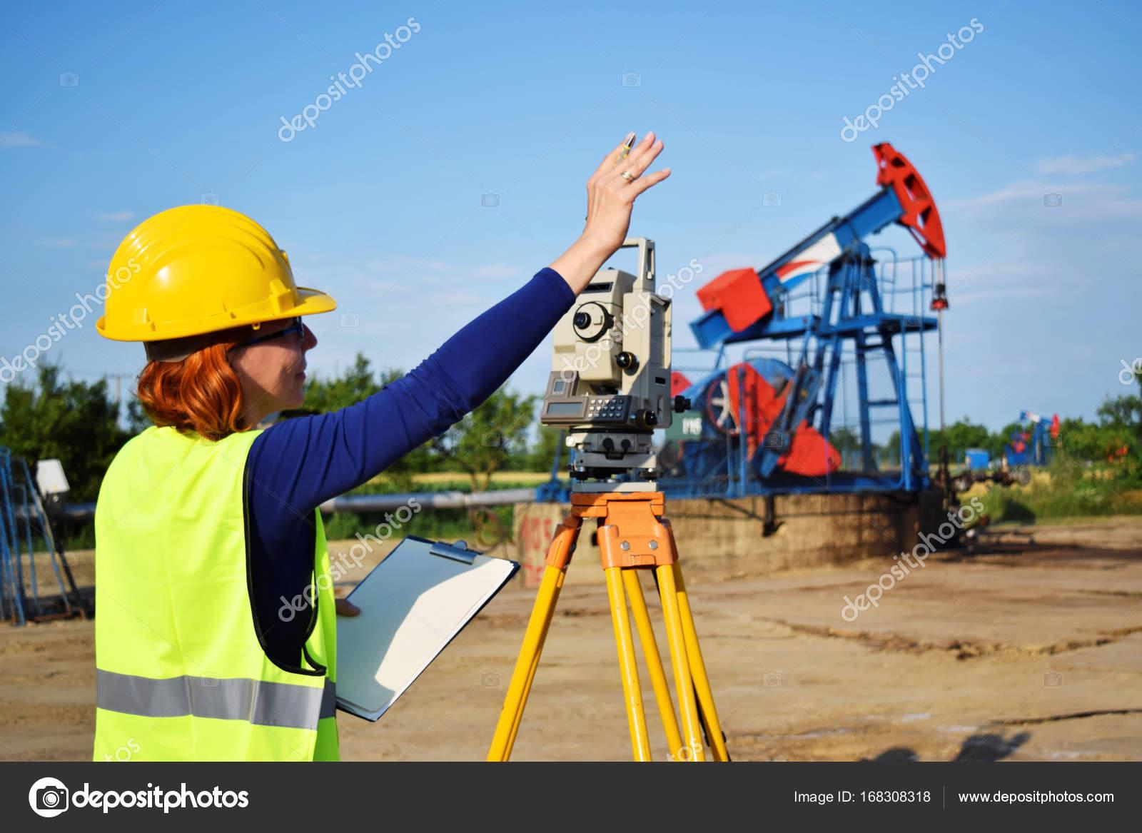 A geodetic engineer on duty on petroleum field — Stock Photo