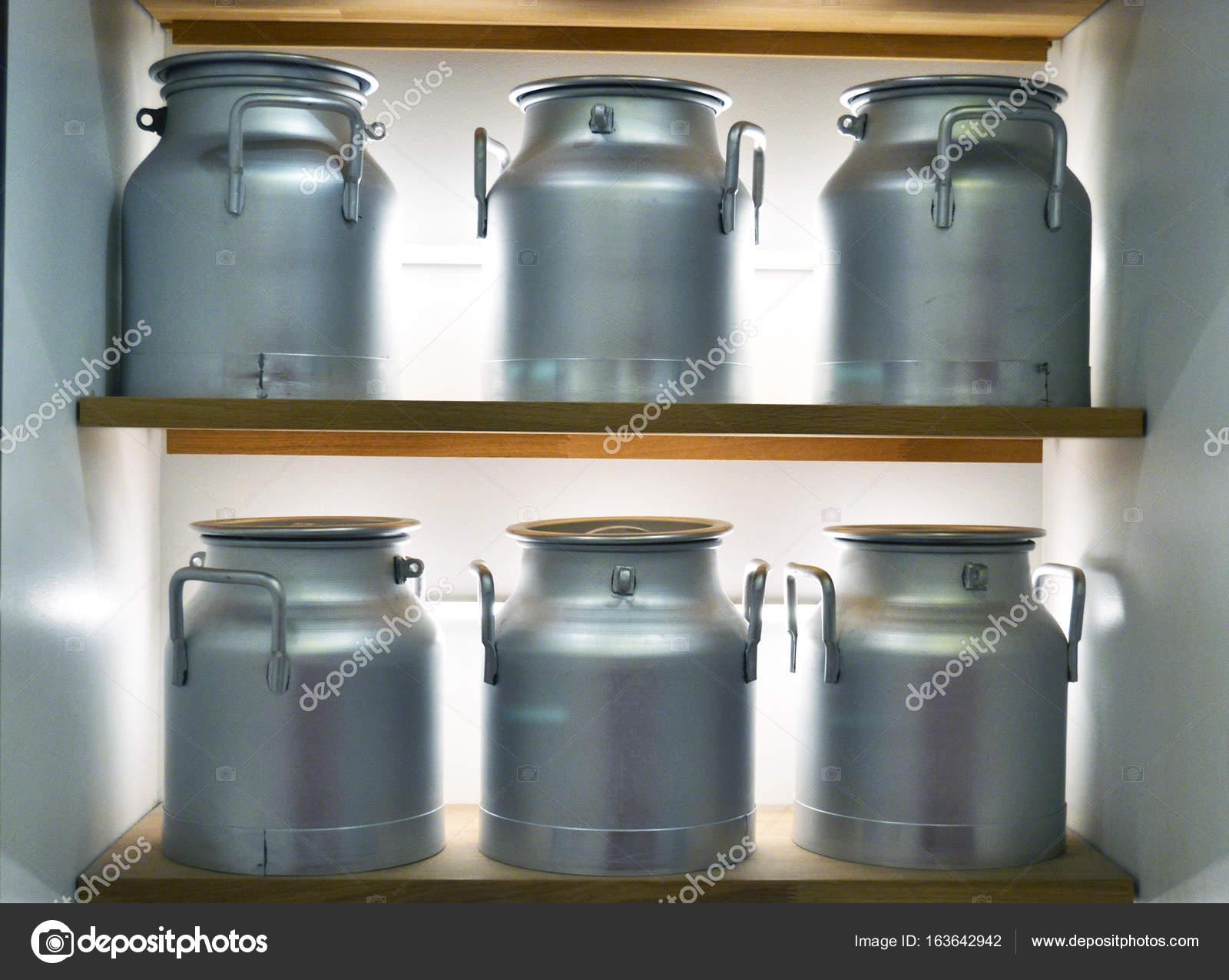 Lattine di latte di alluminio sugli scaffali u foto stock tom