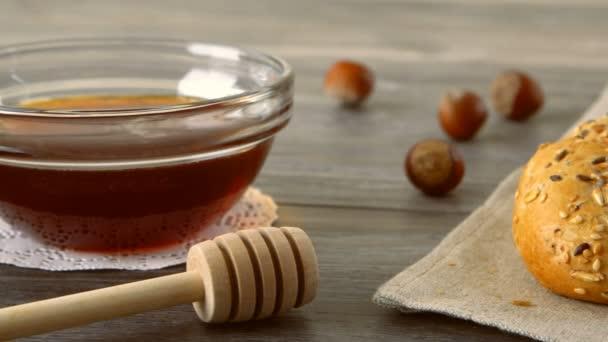 Med a čerstvé bagety na rustikální dřevěný stůl. Krajina se snídaní