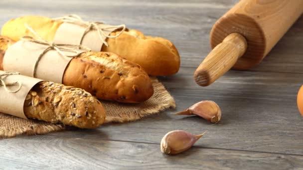 Čerstvé domácí bagety, vejce a mouku na rustikální dřevěný stůl. Přirozené a zdravé stravování