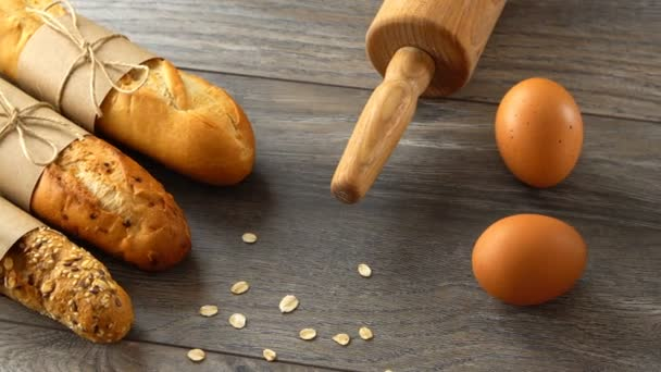 Čerstvé domácí bagety, mouky a vejce na rustikální dřevěný stůl. Přirozené a zdravé stravování