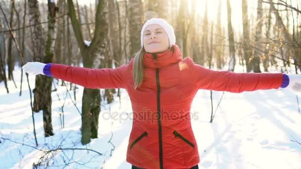 Vonzó fiatal nő tánc buta és vicces, winter Park, szórakozás, mosolygós. Lassú mozgás.