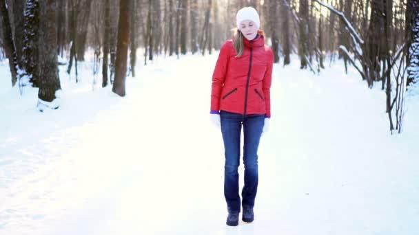 Vonzó fiatal nő táncol vicces és buta, winter Park, szórakozás, mosolygós. Lassú mozgás.