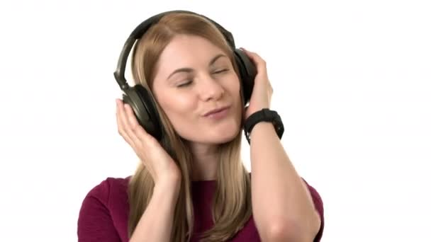 schöne attraktive Frau mit Kopfhörern hört Musik. isolierter weißer Hintergrund.