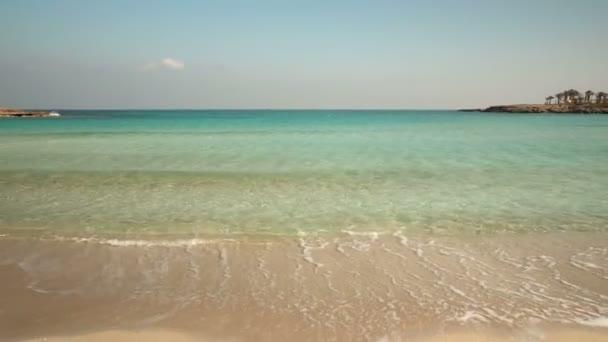 Krásné modré tyrkysové moře. Pláž písek vlny relaxace. Opuštěné. Žádní lidé. Mimo sezónu