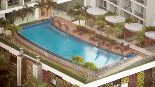 bangkok, thailand - ca. märz 2017: schöner salzwasserpool in einem hotel. Tropenresort.